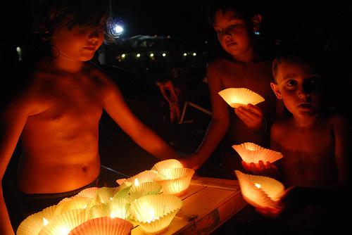 男孩子们正在准备节庆时漂浮到海上的灯,Kekkoz拍摄