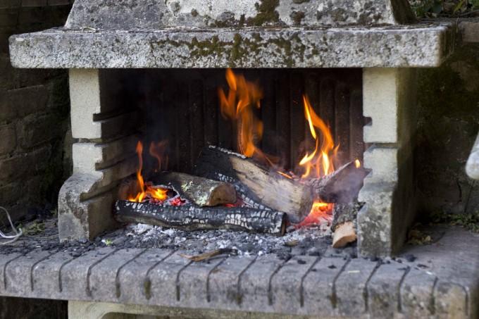 为烤牛排准备炉火