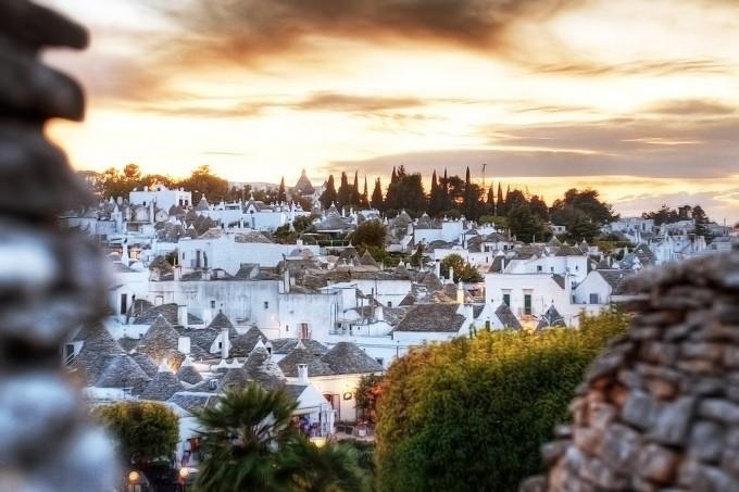 Alberobello 的圆锥顶民居,