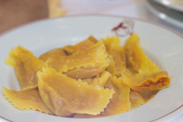 Tortelli di zucca(填馅新鲜意大利面配南瓜、mostarda(芥末水果酸辣酱)和amaretti(杏仁曲奇),佐以Parmigiano-reggiano奶酪和黄油)