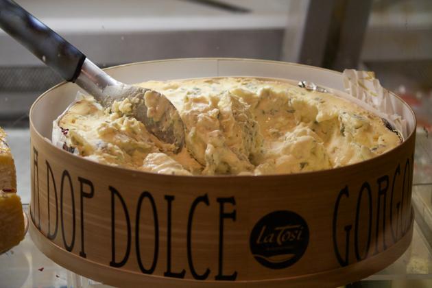 Gorgonzola DOP(奶油状牛奶奶酪,口味从温和到浓烈不等,非常受欢迎,但是自然发酵的品种是限量生产的,并打上fermentazione naturale / del nonno / antico的标签,这种奶酪大理石纹路越多,就越易碎,味道也越强烈;这种奶酪产自皮埃蒙特和伦巴第)