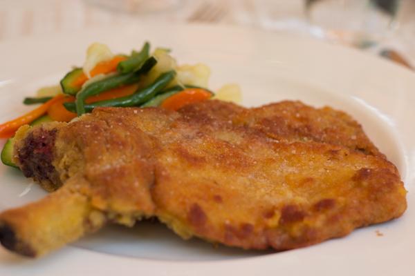 Costoletta alla milanese (蘸了面包屑和鸡蛋,并用黄油煎的小牛肉碎), 吴维端拍摄