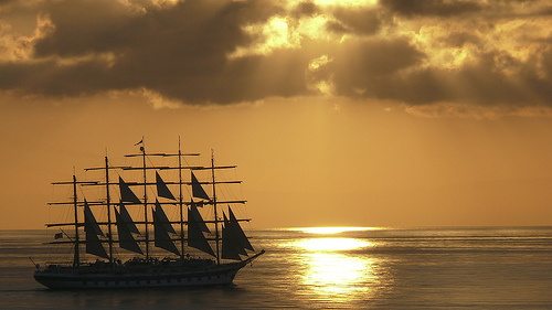 Stromboli岛附近的帆船,Marina & Enrique拍摄