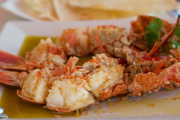 龙虾配特级初榨橄榄油、盐和柠檬汁