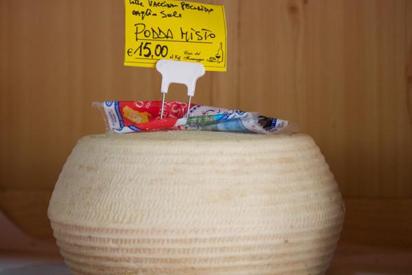 Podda mista(一种颗粒状的混合牛奶和羊奶奶酪)