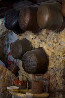 用来烹熟和制作奶酪的古老铜罐