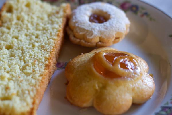 家庭制作的在早餐时食用的蛋糕和酥皮糕点