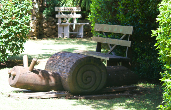 雕刻的木头儿童游乐设施。