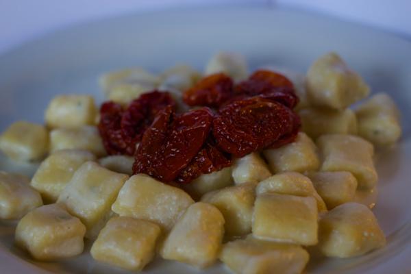 GNOCCHI CON CRESCENZA E POMODORI SECCHI(土豆团配奶油CRESCENZA奶酪,上面配番茄干)