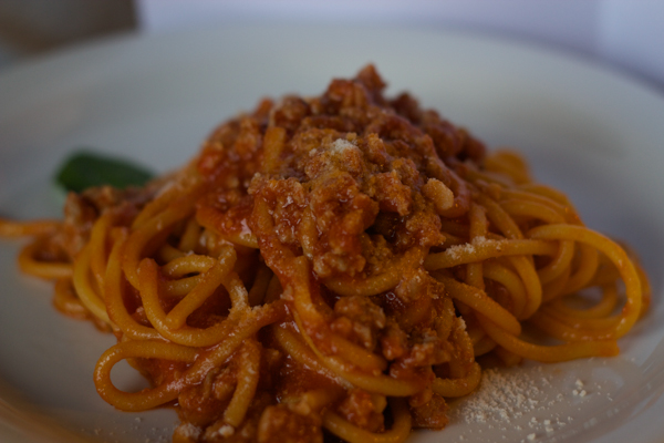 BIGOLI AL TORCHIO ALLA MANTOVESE(新鲜的宽意大利面配番茄和香肠酱)