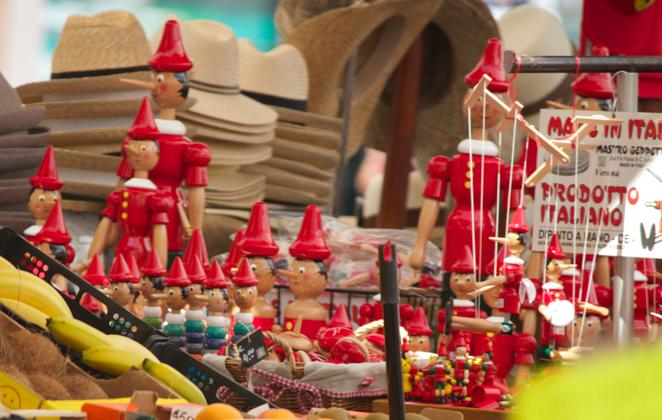PIAZZA ERBE上的一个售卖匹诺曹提线木偶的摊位
