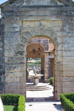 桥和庭院偏离中心的对称