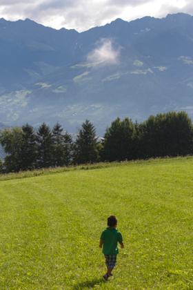 小男孩可以奔跑的开阔草地