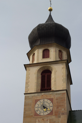 酒店旁的钟塔