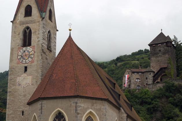 教堂和BRANZOLL城堡的风景