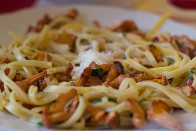意大利面配鸡油菌