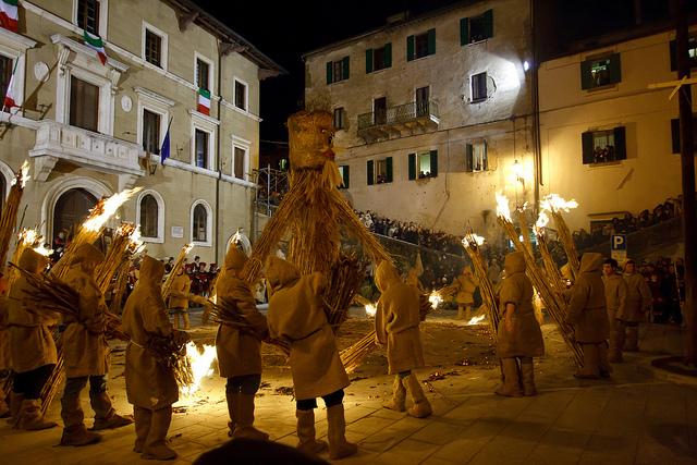 托斯卡纳的PITIGLIANO在3月19日燃烧的篝火(TORCIATA DI SAN GIUSEPPE),ALBERTO LAURETTI拍摄