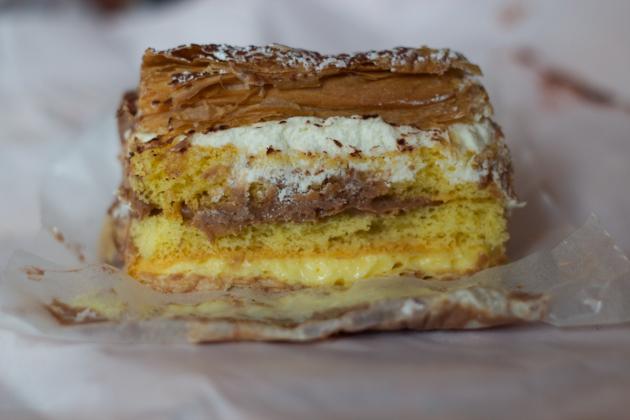 蛋糕和酥皮糕点,分层铺有巧克力蛋奶沙司和奶油