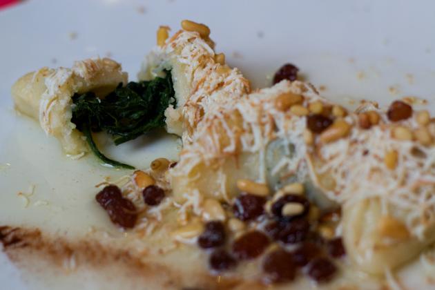 CJALSIONS(新鲜意大利面,以融化的黄油、葡萄干、松子和肉桂酱拌的菠菜填馅)