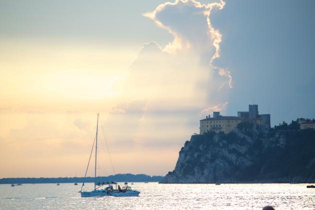 亚得里亚海和DUINO城堡上的落日
