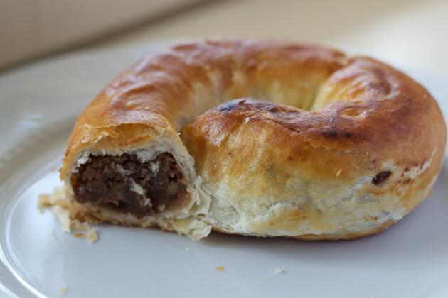 Gubana在Gorizia(一种螺旋形的蛋糕,以坚果、大枣和葡萄干填馅)
