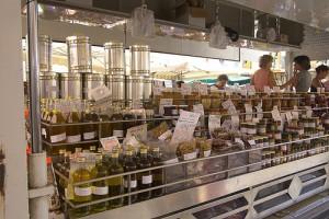 利古里亚市场上的橄榄油,Marco Bernardini拍摄