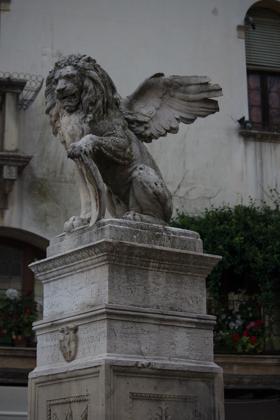 ASOLO城镇广场的喷泉