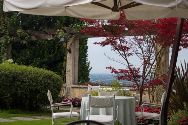 在VILLA CIPRIANI的花园中享用早餐