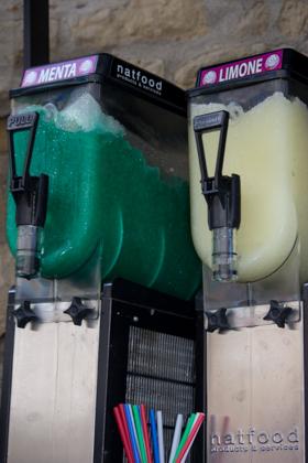 某个不以西西里冰淇淋著名的地方的荧光色调味冰淇淋机