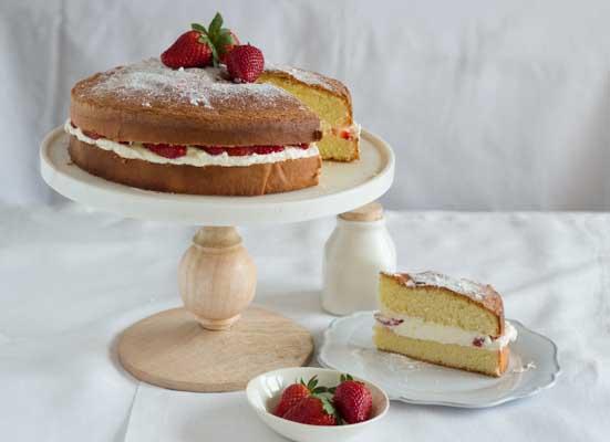 Torta genovese con panna montata e fragole (热那亚海绵蛋糕,以草莓和奶油夹心)