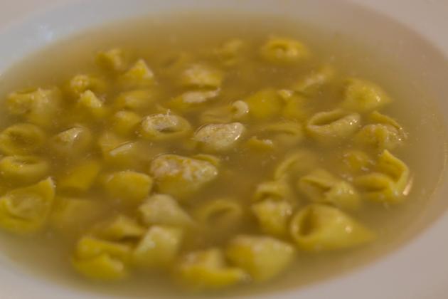 Tortellini in brodo(浸在肉汤中的新鲜填馅意大利面)