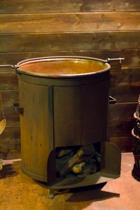 用来煮未发酵葡萄果汁的铜制厨具