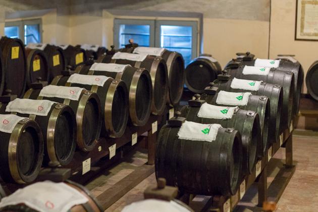 按照型号摆放的几排木桶