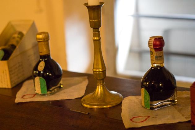 产自MODENA的传统意大利香醋:EXTRA-VECCHIO(左侧的25年陈醋)和AFFINATO(右侧的12年陈醋)