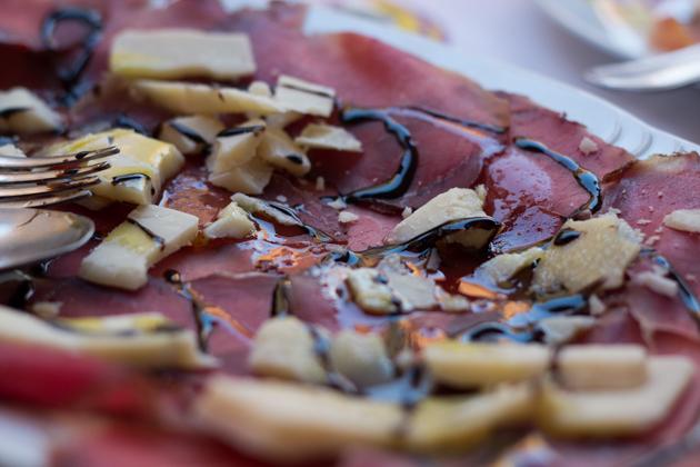 覆盖了Parmigiano-Reggiano奶酪和当地产的意大利香醋的bresaola