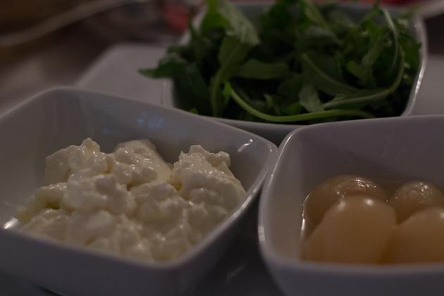 面包上的配料和馅料(左边的是squacquerone奶酪)