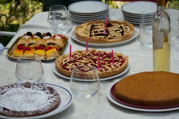 用家庭制作的蛋糕和挞庆祝生日