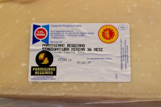 """一种著名的标志是在标志的左下方印上黑色的""""PARMIGIANO-REGGIANO""""印章,右上角是黄色和红色的""""DENOMINAZIONE D'ORIGINE PROTETTA""""标志"""