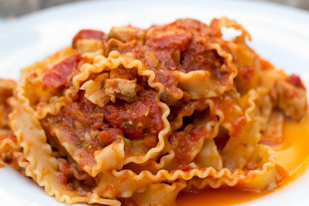 意大利面配旗鱼配橄榄、番茄、酸豆和牛至叶