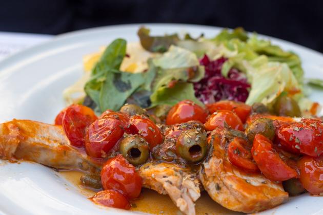 旗鱼配橄榄和番茄