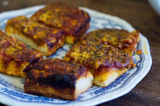 SFINCIONE ALLA PALERMITANA(厚底软披萨,上面配鳀鱼、洋葱、番茄和CACIOCAVALLO奶酪)