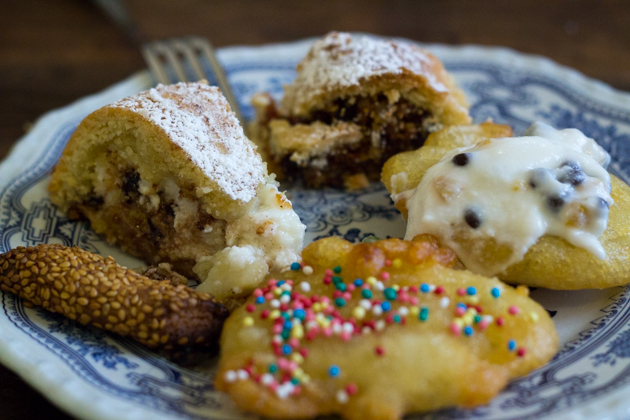 BISCOTTI REGINA(左侧——脆面包饼干,外面裹芝麻)、CASSATA(后面左侧——家庭手工版本,用甜味乳清奶酪和巧克力、水果蜜饯填馅的挞)、BUCCELATA(中间后侧——糕点圆环蛋糕,起源于阿拉伯,用坚果碎、水果干和蜂蜜夹心)、SFINCI DEL SAN GIUSEPPE(右侧和中间——像羽毛一样轻软的多纳圈,佐以蜂蜜、糖粒,或用甜味乳清奶酪奶油填馅),和Patrizia of Sicilian days一起制作的