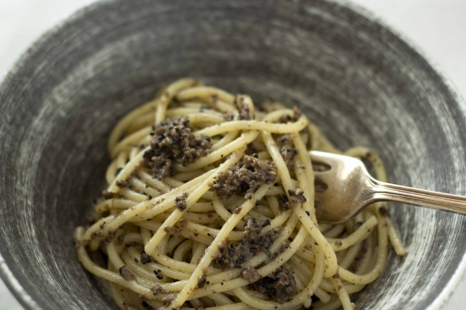 SPAGHETTI AL TARTUFO NERO DI NORCIA (SPAGHETTI WITH BLACK TRUFFLES, ANCHOVIES AND OLIVE OIL)(意大利面配黑松露、鳀鱼和橄榄油)