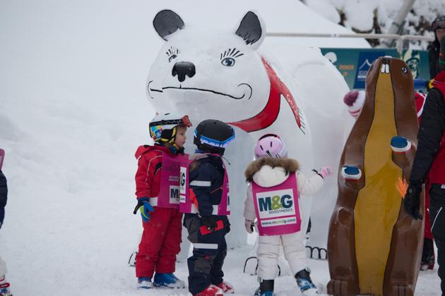 滑雪学校的小朋友们——只要在他们的后背上写上你的手机号,晚点再来接他们就可以了