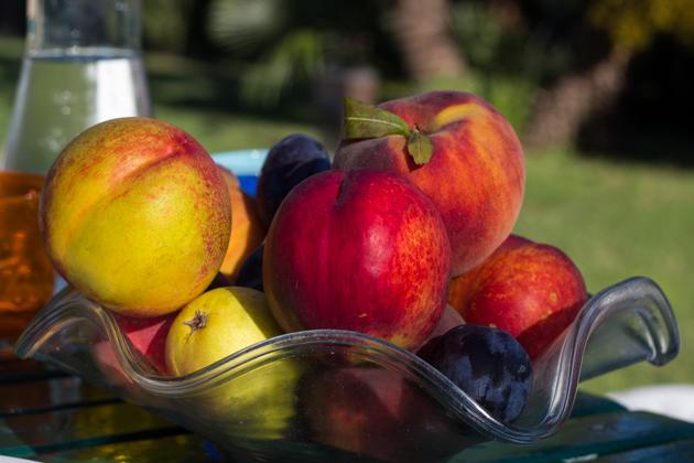 炎热的一天用来欢迎我们的冰镇水果