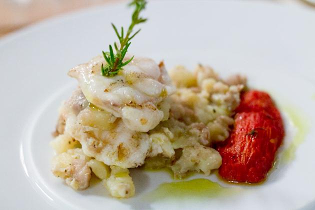 PESCE RANATRICE CON PATATE AL POTACCHIO (用AL POTACCHIO方法烹制的安康鱼和土豆)