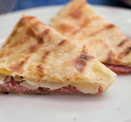 CRESCIA SFOGLIATA,以SALAME CIASCUOLO和FORMAGGIO DI FOSSA (在山洞中陈化的奶酪)填馅