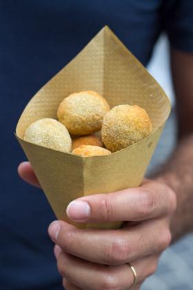 一种叫做OLIVE ASCOLANE的街头小吃(裹面包屑油炸当地产的橄榄,以肉填馅)——一种ASCOLI PICENO特产
