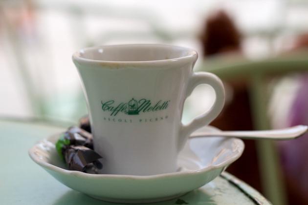 在广场上坐下来喝一杯咖啡