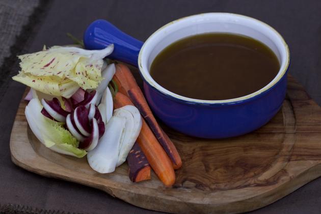 BAGNA CAODA / BAGNA CAUDA(青椒、芹菜、卷心菜、耶路撒冷洋蓟、刺菜蓟等生的蔬菜,以及土豆、甜菜根和花椰菜等煮菜,佐以一种用橄榄油、大蒜和鳀鱼做的温热蘸料)